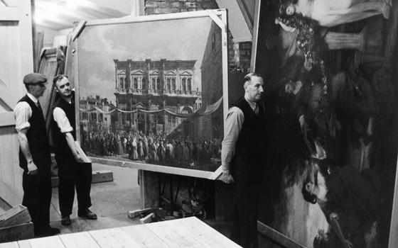 Шахта Манод. Картины выносятся для одного из регулярных осмотров. 1942                © Fred Ramage, Getty Images