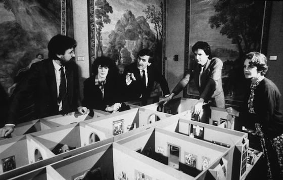 Директор галереи Нил Макгрегор со старшими кураторами планируют развеску картин в крыле Сэйнсбери, которое открылось в 1991 году                                                         © Национальная галерея, Лондон