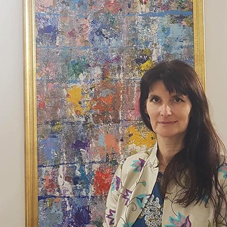Елизавета Блюмина на фоне картины «House» (холст, акрил, 2017 г.)