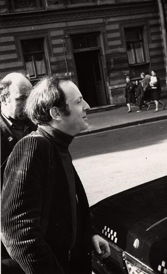 Утро 4 июня 1972 года. Иосиф Бродский у своего дома перед посадкой в такси