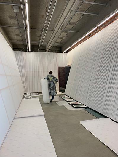 Екатерина Иноземцева на монтаже выставки «Мы храним наши белые сны» в музее «Гараж». 2020