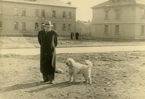 Василий Гроссман на Беговой с пуделихой Любой. 1950-е годы © «Галеев-галерея»