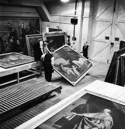Процесс перевозки картин в шахту Манод, где они хранились во время войны                                                                                © Fred Ramage, Getty Images